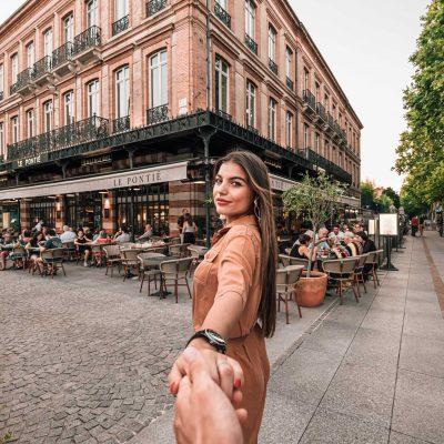 Une femme qui tient la main du photographe devant le restaurant Le Pontie